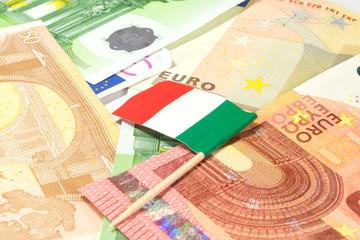 Eine italienische Flagge und Euro Banknoten