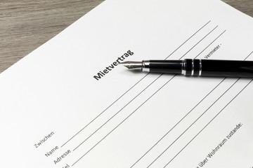 Ein Mietvertrag und ein Füllfederhalter