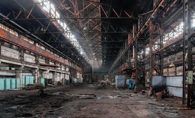 Autocollant pour porte Les vieux bâtiments abandonnés Industrial interior of an old abandoned factory