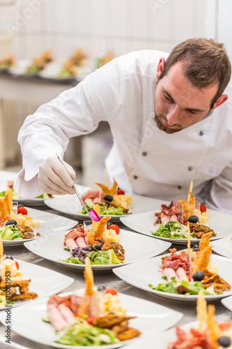 Chef is decorating appetizer dish photo libre de droits sur la banque d 39 images - Gastronomie dekoration ...