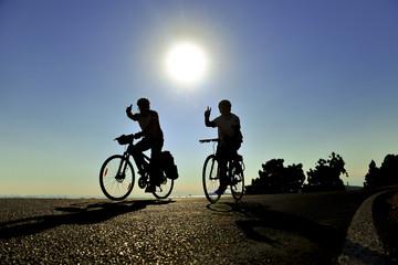 gündoğumu doğada bisiklet sürmek