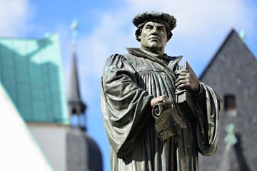 Denkmal Martin Luthers auf dem Marktplatz von Eisleben, seiner Geburts- und Sterbestadt, Deutschland