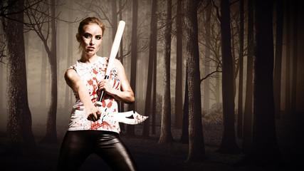 Frau mit Machete und Baseballschläger vor schaurigem Wald