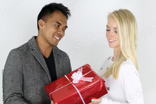 Jeune couple mixte s 39 offrant un cadeau stock photo and royal - Idee cadeau jeune couple ...