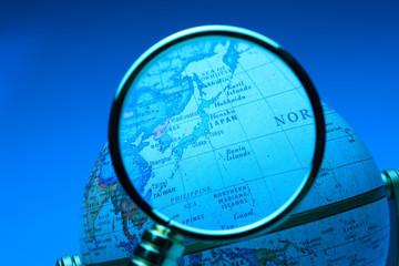 虫メガネと地図