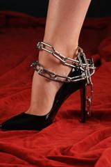 Fuß einer Frau in Ketten