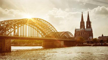 Köllner Dom mit Hohenzollernbrücke bei Sonnenuntergang