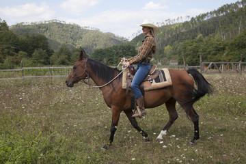 cowgirl a cavallo