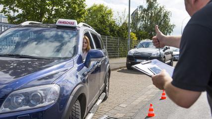 Fahrlehrer gibt Anweisungen zum Einparken