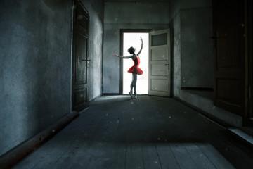 Frau tanz in einem heruntergekommenen Raum