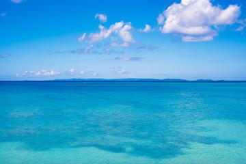 沖縄の静かなエメラルドグリーンの海と浮かぶ