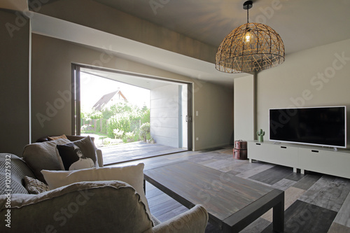 salon int rieur maison avec porte fen tre donnant sur jardin stock photo and royalty free. Black Bedroom Furniture Sets. Home Design Ideas