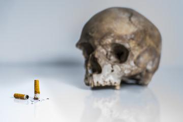 fumer tue/mégots avec tête de mort