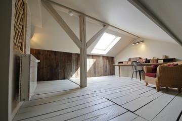 Fototapeta grenier aménagé en bureau avec fenêtre de toit obraz