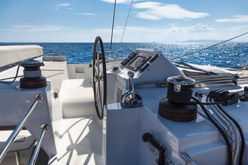 Fototapeta Rejs jachtem po morzu w błękitach nieba i pięknym słońcu obraz