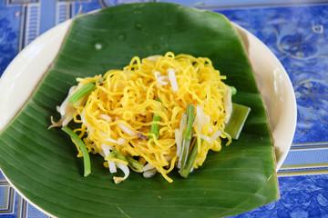 Egg noodles served dry on green banana reaf