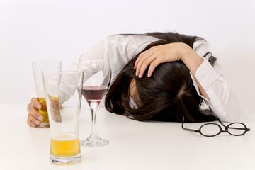 飲み過ぎて寝てしまった女性