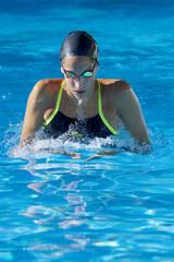 Nadadora profesional en piscina abierta en estilo braza