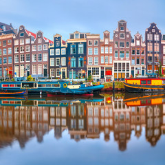 Foto op Plexiglas Amsterdam Amsterdam canal Singel with typical dutch houses and houseboats during morning blue hour, Holland, Netherlands.