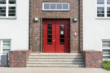 Eingangstür zu einer Schule