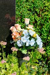 Kunstblumen am Grabstein