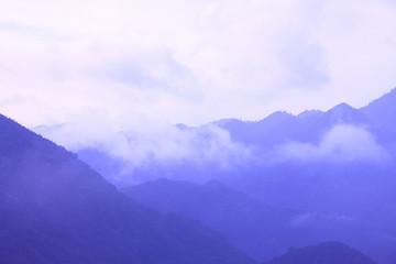 霧にかすむ山並み