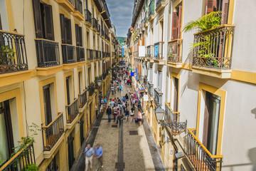 Fototapeta premium Wąska ulica pełna ludzi, Stare Miasto San Sebastian - Hiszpania
