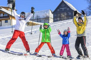 fröhliche Skifahrergruppe