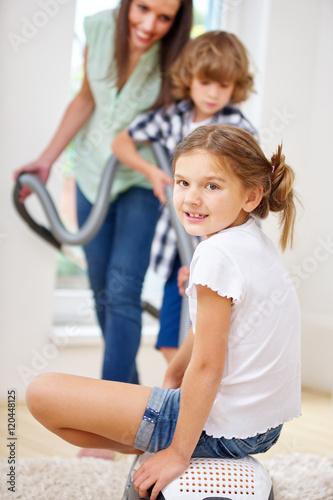 mutter und kinder zusammen mit staubsauger stockfotos. Black Bedroom Furniture Sets. Home Design Ideas
