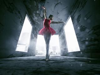 Ballerina in verlassenem Gebäude.
