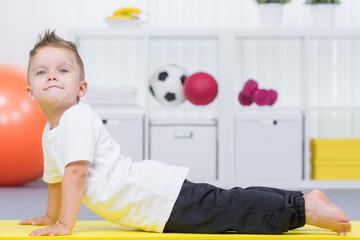 kind macht gymnastikübungen