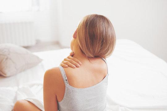 Donna con dolore al collo cervicale o stress