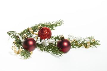 Drei Weihnachtskugel mit Tannenzweig