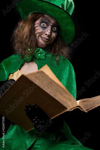 Lustiger grünber Kobold liest aus einem Märchenbuch, Konzept L ...