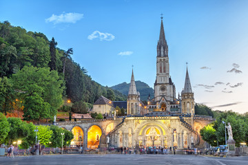 Papiers peints Edifice religieux Rosary Basilica in the evening in Lourdes