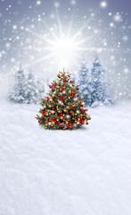 Wall Mural - Verschneiter Weihnachtshintergrund mit Christbaum