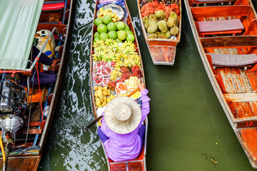 Damnoen Saduak floating market, The famous attractions of Ratchaburi. Launched to the world as the source. The first tour since 2510