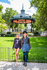 Femme et fillette devant le Kiosque à musique de Saint-Etienne