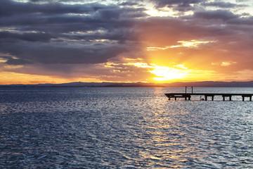 Panorama al tramonto del Lago di Garda con un bellissimo pontile in legno sullo sfondo