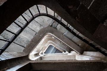 Escalier en pierre dans un vieil immeuble