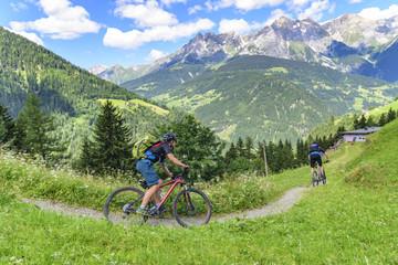 Downhill auf einem Trail in den Tiroler Alpen