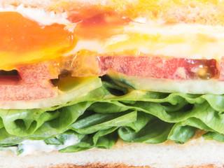 タマゴとトマトとレタスのサンドイッチ