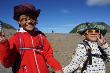 山歩きを楽しむ子ども達  少年 兄弟 乗鞍岳 青空 高山 サングラス 笑顔 日本人 飛騨