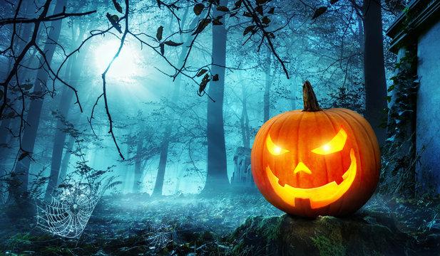 Halloween Kürbis in schauriger Umgebung bei Mondschein