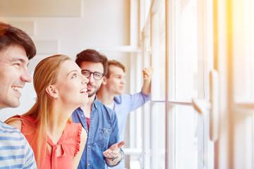 Studenten staunen über eine Idee