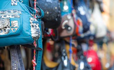 billige Taschen und Rucksäcke an einem Marktstand