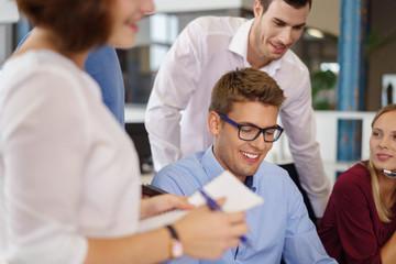 junges team in einem meeting im büro