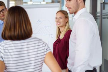 mitarbeiter unterhalten sich in der firma im besprechungsraum