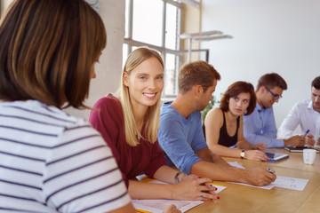 mitarbeiter meeting im besprechungsraum