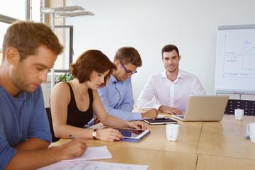 team in einem meeting im besprechungsraum